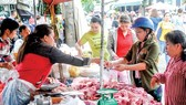 Consumers buy pork at a market in Thu Duc district, HCMC  (Photo: SGGP)