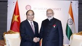 Prime Minister Nguyen Xuan Phuc (L) and Indian counterpart Narendra Modi in a meeting on November 4, 2019 (Photo: VNA)