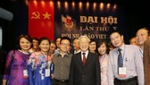Party General Secretary Nguyen Phu Trong and journalists of the Vietnam News Agency at the 10th national congress of the Vietnam Journalists' Association in Hanoi in 2015 (Photo: VNA)