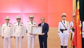 Prime Minister Nguyen Xuan Phuc (fourth, left) presents the first-class Feat Order to the Ministry of Public Security at the conference in Hanoi on December 30 (Photo: VNA)