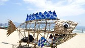 A fish model made of environmentally-friendly material is set up at My Khe beach in Da Nang city, which enables locals and tourists to collect plastic waste. It aims to raise public awareness of plastic pollution in the ocean (Photo: VNA)