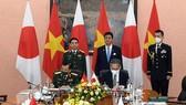 Defence Minister General Phan Van Giang (R) welcomes Japanese Defence Minister Kishi Nobuo (Photo: VNA)
