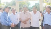 Bộ trưởng Trần Hồng Hà và đoàn công tác đến khảo sát sạt lở ở sông Vàm Nao vào sáng nay, 26-4