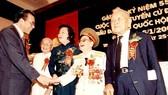 Đồng chí Dương Quang Đông (bìa phải) tại lễ kỷ niệm 55 năm Ngày tổng tuyển cử  đầu tiên bầu Quốc hội.  Ảnh: Gia đình đồng chí Dương Quang Đông cung cấp