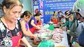 Người dân Đồng Nai tham gia mua thịt heo để giúp người chăn nuôi vượt qua giai đoạn khó khăn