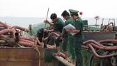 Bộ đội Biên phòng TPHCM xử lý sà lan cát vi phạm