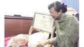 Chủ tịch HĐND TPHCM Nguyễn Thị Quyết Tâm chúc thọ cụ Nguyễn Thị Đỏ