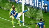 Andrea Belotti (9, Italia) bỏ lỡ cơ hội ghi bàn trước khung thành Liechtenstein.