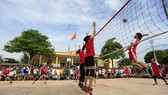Các nữ tuyển thủ bóng chuyền thi đấu giao hữu trên nền sân gạch tại Hải Dương.                   Ảnh: Thiên Hoàng