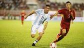 Đoàn Văn Hậu (phải) trong màu áo U20 Việt Nam gặp U20 Argentina.