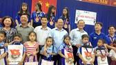 đồng chí Tất Thành Cang và đoàn công tác tặng quà thiếu nhi tại xã Long Phước, huyện Long Hồ, tỉnh Vĩnh Long