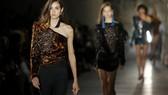 Người mẫu trình diễn bộ sưu tập thời trang xuân - hè 2017 Saint Laurent trong Tuần lễ Thời trang Paris, Pháp, ngày 27-9-2016. Ảnh REUTERS