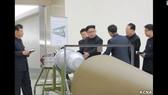 Nhà lãnh đạo Triều Tiên Kim Jong-un kiểm tra một quả bom khinh khí-bom H. Ảnh: KCNA