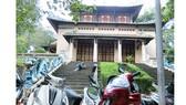 Bãi xe của Thảo Cầm viên án ngữ ngay cửa chính Đền thờ Hùng Vương                                                                                                                                                                           Ảnh: DŨNG PHƯƠNG