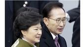 2 cựu Tổng thống Hàn Quốc Park Geun-hye (trái) và Lee Myung-bak bị kiện vì lập danh sách đen. Ảnh: AP