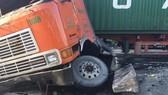 Xe container cày nát gần 50m dải phân cách, giao thông ùn ứ