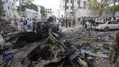 Quả bom xe nổ tung trước khách sạn Nasa-Hablod ở Mogadishu, Somalia, ngày 28-10-2017, gây thiệt hại nặng cho khách sạn và các tòa nhà lân cận. Ảnh: AP