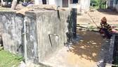 Công trình nước sạch ở làng Ba Gốc không sử dụng, dân làng tận dụng để phơi lúa