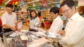 Mua áo sơ mi Novelty doanh nghiệp may trong nước               Ảnh: Cao Thăng