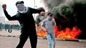 Người biểu tình ném gạch đá vào binh sĩ Israel