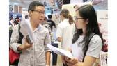 Người lao động tìm kiếm cơ hội việc làm trong dịp được kết nối với doanh nghiệp