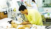 Bác sĩ Bệnh viện Bệnh nhiệt đới đang thăm khám cho bệnh nhi