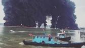 Khói bốc lên từ đám cháy gần vịnh Balikpapan, Indonesia. Ảnh: Reuters