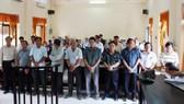 10 bị cáo thuộc Cục Hải quan Kiên Giang nghe tòa tuyên án vào ngày 15-6-2016. Ảnh: TTXVN