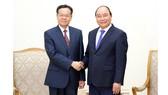 Thủ tướng Nguyễn Xuân Phúc tiếp ông Trần Vũ, Chủ tịch Khu tự trị dân tộc Choang, Quảng Tây, Trung Quốc. Ảnh: VGP/Quang Hiếu