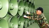 Binh sĩ Hàn Quốc dỡ bỏ hệ thống loa phóng thanh dọc biên giới với Triều Tiên tại Paju. Nguồn: EPA-EFE/TTXVN