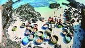 Đội thuyền thúng phục vụ du khách lặn ngắm san hô ở đảo Bé