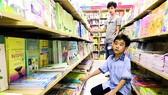 Học sinh vất vả tìm sách giáo khoa phù hợp khi mỗi môn  có quá  nhiều sách. Ảnh:  Hoàng Hùng