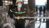 Cảnh sát PCCC dập lửa tại một công ty ở huyện Hóc Môn