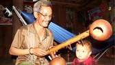 Già làng ở làng Plai Hmia vẫn chơi đàn Goong để ru cháu