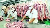 Pha lóc thịt heo VietGAP cung ứng bình ổn thị trường. Ảnh: CAO THĂNG