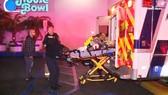 Người bị thương trong vụ bắn nhau ở Torrance, California, Mỹ, ngày 4-1-2019, được đưa đi cấp cứu. Ảnh: PMG NEWS