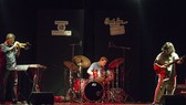 Nghệ sĩ Cường Vũ (trái) trong đêm diễn tại TPHCM.  Ảnh: SLP