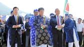 Phó Thủ tướng Trương Hòa Bình cùng Trưởng ban Tuyên giáo Trung ương Võ Văn Thưởng dâng hương tưởng niệm