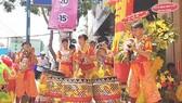 Thanh thiếu niên nhóm múa lân - sư - rồng Long Việt biểu diễn,  thể hiện khát vọng sống lương thiện
