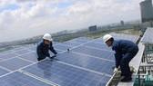 Lắp ráp hệ thống điện mặt trời tại trụ sở EVNHCMC