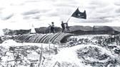 """17g30 phút ngày 7-5-1954, lá cờ """"Quyết chiến quyết thắng"""" của quân đội ta tung bay trên nóc hầm tập đoàn cứ điểm Điện Biên Phủ. Ảnh: TL"""