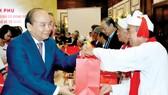 Thủ tướng Nguyễn Xuân Phúc  tặng quà các chức sắc, chức việc tôn giáo tiêu biểu. Ảnh: TTXVN