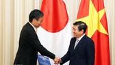 Chủ tịch UBND TPHCM Nguyễn Thành Phong tiếp ông Abe Shuichi, Thống đốc tỉnh Nagano, Nhật Bản. Ảnh: TTXVN