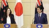 Thủ tướng New Zealand Jacinda (trái) và Thủ tướng Nhật Bản Shinzo Abe tại cuộc họp báo ở Tokyo ngày 19/9/2019. Ảnh: Kyodo/TTXVN