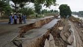Hiện trường sau trận động đất giữa đêm ở Pakistan. Ảnh: Reuters