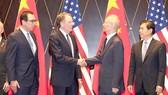 Phó Thủ tướng Trung Quốc Lưu Hạc bắt tay Đại diện thương mại Mỹ Robert Lighthizer  trong cuộc đàm phán tại Trung Quốc tháng 7 vừa qua