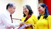 Ông Phan Ngọc Thọ đã tặng hoa và quà cho đại diện một số chị em lao công