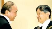 Thủ tướng Nguyễn Xuân Phúc chúc mừng Nhật hoàng Naruhito. Ảnh: TTXVN