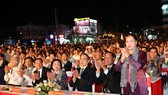 Chủ tịch Quốc hội Nguyễn Thị Kim Ngân và các đại biểu dự khai mạc Lễ hội Dừa tỉnh Bến Tre lần thứ V. Ảnh: TTXVN