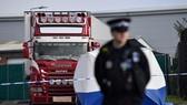 Cảnh sát Anh phong tỏa hiện trường phát hiện 39 thi thể người nhập cư trong xe container tại Grays, Essex, ngày 23-10-2019. Ảnh: AFP/TTXVN